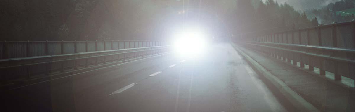 motorozás éjszaka sötétben